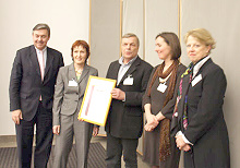 Freude auch bei den Vertretern der Gesamtschule Fritz Schumacher,  die den Preis von Michael Behrendt übereicht bekommt