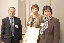 Rolf  Steile überreicht den Preis an die Schule Richard-Linde Weg